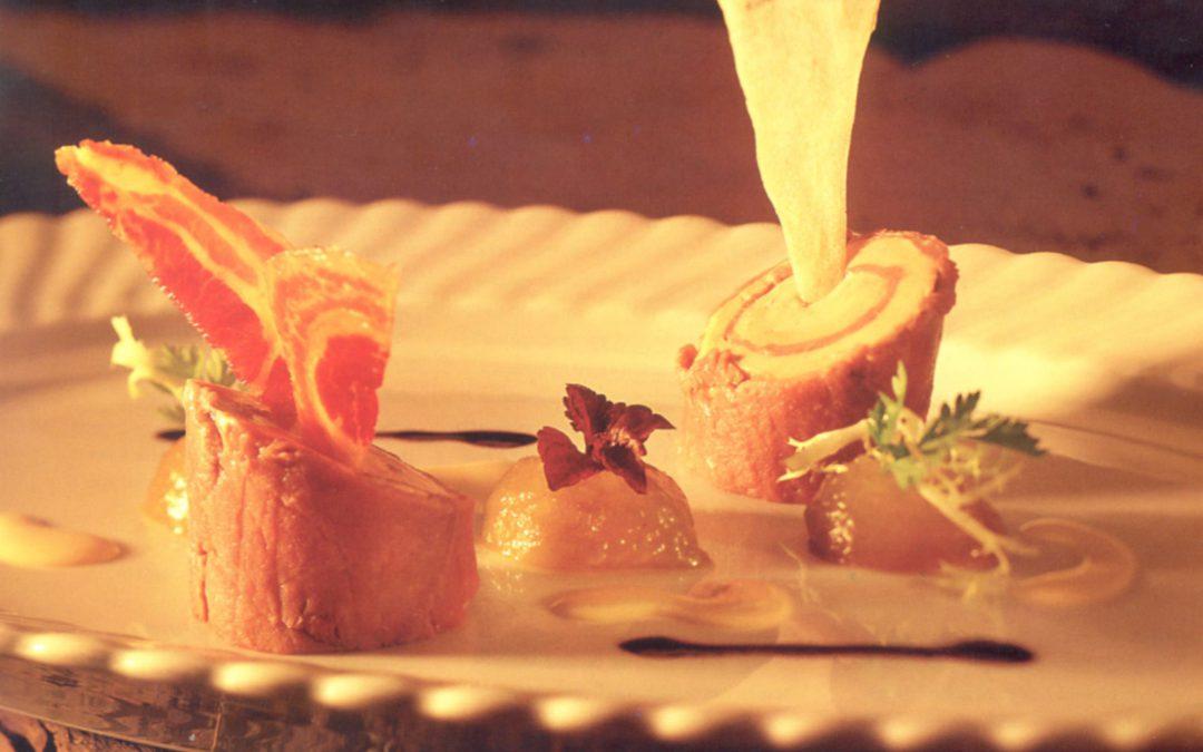 Spiraal van gerookte impalaham en eendelever met geweckte reine claude vertes en pancetta